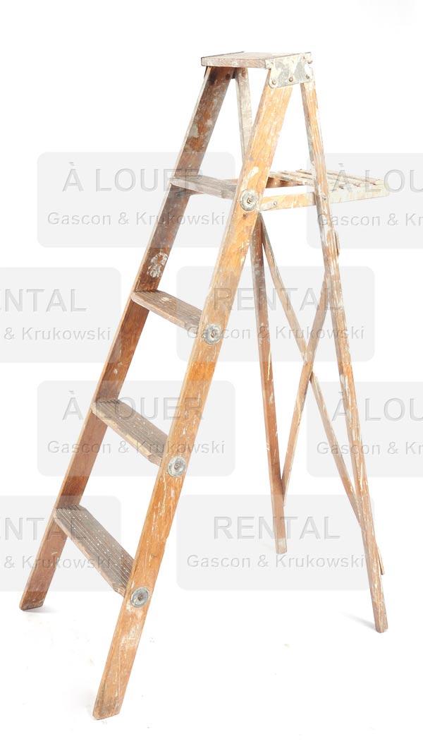 Escabeau en bois pâle